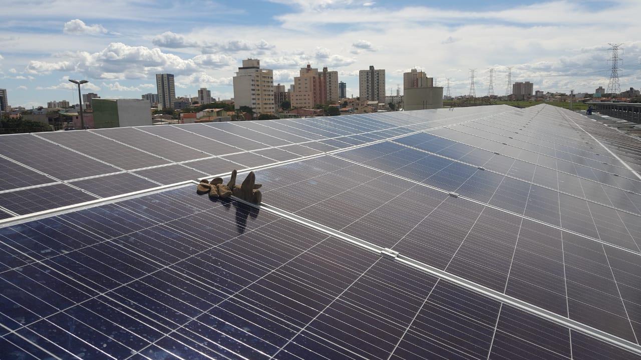 Instalado, em dezembro/2018, o Sistema de Energia Solar Fotovoltaica - SESFV, na Estação Samambaia Sul. A energia elétrica gerada será utilizada para alimentar totalmente a estação, proporcionando, a longo prazo, através da economia gerada o retorno do investimento realizado.