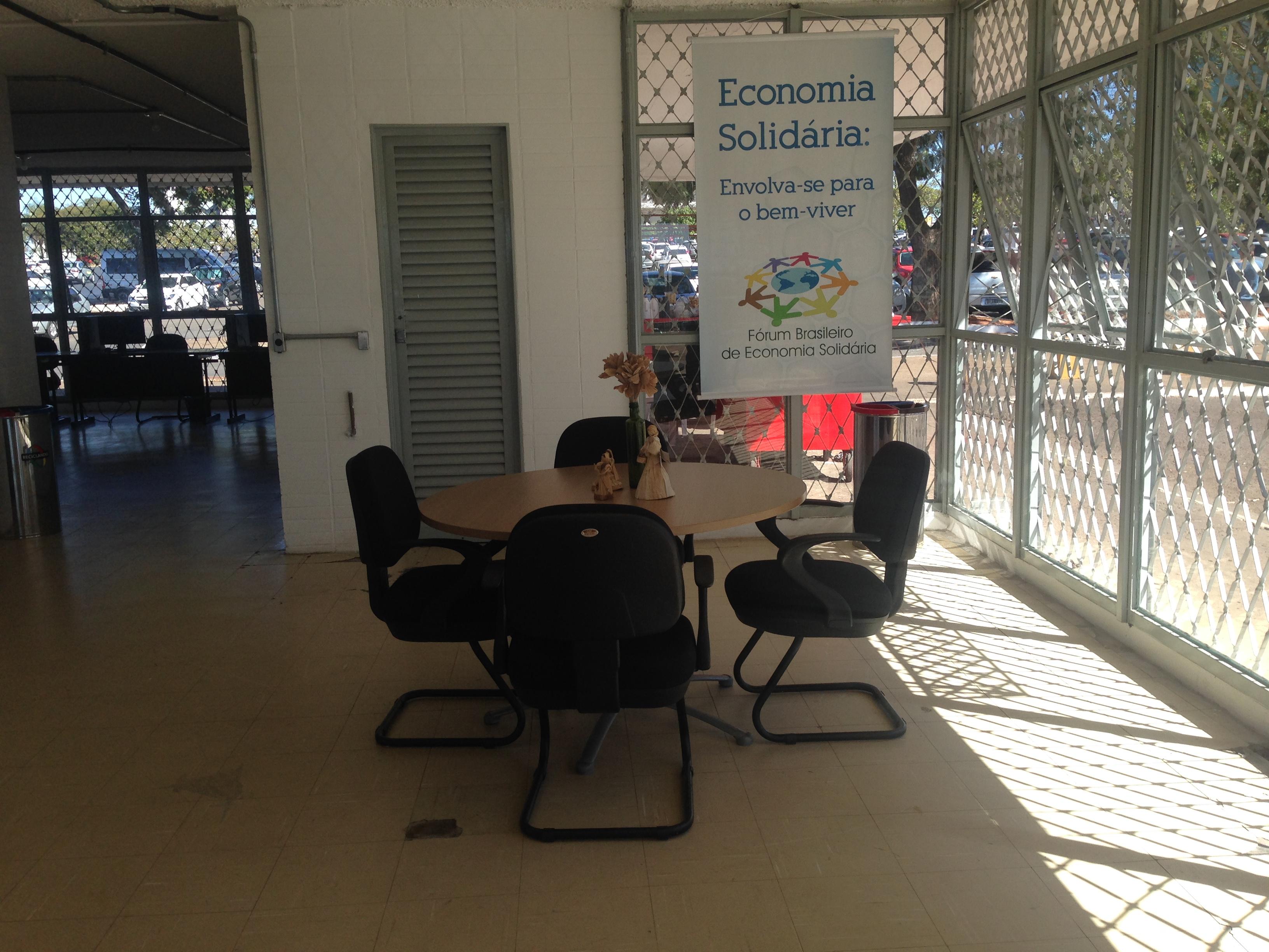 """Implantado em 2017, o Centro Público de Economia Popular e Solidária do Distrito Federal - CPES que contribuiu para integrar o segmento, potencializar o crescimento da economia solidária como alternativa social e econômica. Portaria 155, de 21 de julho de 2017 (<a href=""""http://www.sinj.df.gov.br/sinj/Norma/b5be4d8c4e694923b4a5997fb48d9631/Portaria_155_21_07_2017.html"""">link aqui</a>). <p> Entre os meses de junho/2017 à março/2018 foram contabilizados 820 atendimentos no espaço. A unidade está localizada na antiga Galeria do Trabalhador, ao lado do shopping Conjunto Nacional."""