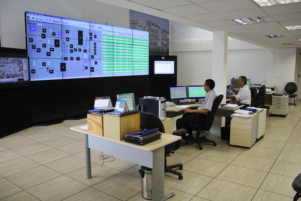 Implantadas melhorias no Centro de Operações da CEB. O centro de operações monitora toda a rede de distribuição de energia da CEB, identificando anomalias em subestações ou em seus circuitos elétricos.<br> Nos anos de 2016 a 2017, foram estabelecidos novos procedimentos de trabalho e aperfeiçoamentos de metodologia, como a implantação da gestão operacional das equipes de campo, a melhoria de gestão no monitoramento contínuo das ocorrências, a implementação do sistema de força de campo, e a realização do estudo para implantar o novo sistema de apoio a operação. Essas ações foram essenciais para que o funcionamento do centro fosse adequado às necessidades do Distrito Federal, aumentando a eficiência na solução de problemas e a melhoria na continuidade do fornecimento de energia.