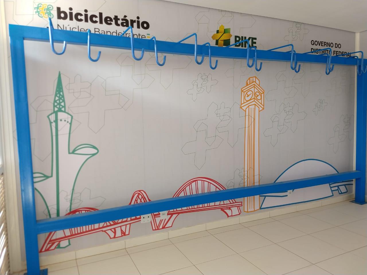 Inaugurados, em 2018, três bicicletários nos terminais de ônibus do Cruzeiro, do Núcleo Bandeirante e do Recanto das Emas, a fim de fomentar a integração entre os deslocamentos por bicicleta e por transporte público. Os projetos, elaborados pela SEMOB, foram implantados pelas operadoras Urbi e Piracicabana. Ainda em 2018, há previsão de inauguração de mais um bicicletário no terminal de ônibus de Sobradinho II.