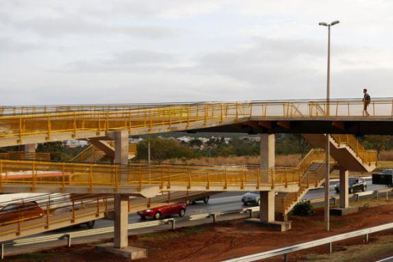 Implantada, em novembro/2017, a passarela na rodovia BR-020 - km 12, localizada no Setor Habitacional Nova Colina.