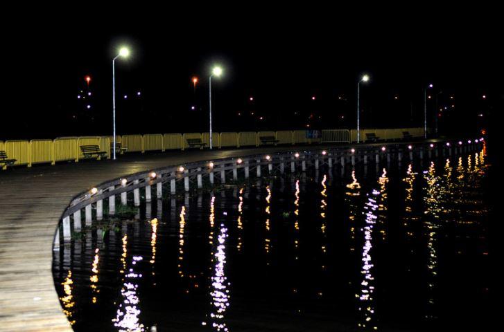 Implantados, entre 2015 e 2017, 11.400 novos pontos de iluminação pública no Distrito Federal.  No período entre 02/01/2018 até 31/10/2018, foram instalados mais 6.637 pontos de iluminação, sendo que desse total, 5.306 pontos possuem luminárias com tecnologia em LED.<br> A ampliação do sistema de iluminação pública no Distrito Federal contribuiu, de maneira significativa, para melhorar os indicadores de segurança pública, bem como a qualidade de vida da população de Brasília. <br>  Merecem destaque, as obras realizadas no Pistão sul/norte, Praça do Relógio  e  Av. Hélio Prates em Taguatinga, eixos rodoviários Sul e Norte,  ciclovia  da Praça do Buriti, bem como as obras realizadas em Ceilândia, São Sebastião, Recanto das Emas, Samambaia, Sobradinho II, Núcleo Bandeirante e Paranoá.