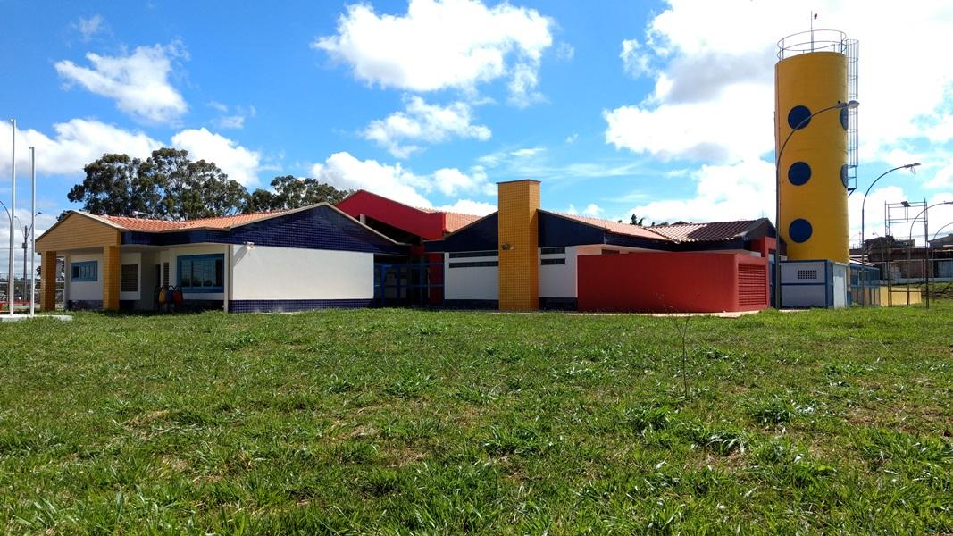 Implantado, em abril/2017, o Centro de Educação da Primeira Infância - Cepi Pinheirinho Roxo, localizado na Quadra 300, Conjunto 17 A, Lote 01 - Recanto das Emas. O centro, que funciona como Jardim de Infância, é composto por 8 salas de aula, bloco de administração, bloco de serviços, 3 blocos pedagógicos, pátio coberto, anfiteatro e parquinho, com capacidade de atendimento a 416 crianças de 4 e 5 anos em dois turnos.