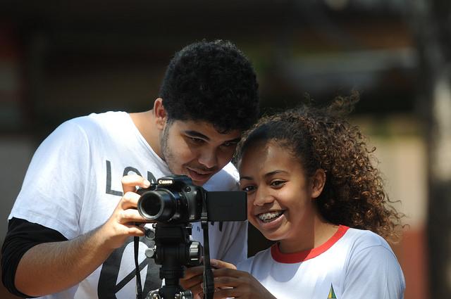Realizado desde 2015, como parte da programação do Festival de Brasília do Cinema Brasileiro, o Festival de Curtas-Metragens das Escolas Públicas do DF é desenvolvido pela Secretaria de Cultura em parceria com o Canal E, da Secretaria de Educação. A proposta visa dar visibilidade e incentivar a produção audiovisual de estudantes da rede pública de ensino e promover o ensino de audiovisual para cerca de 250 mil estudantes da rede pública. As premiações, em 2015 e 2016, foram bolsas de estudo na Cult Vídeo e, na terceira edição, em 2017, o Centro Universitário IESB ofereceu seis bolsas de estudos (três de 50% e três de 100%) no ensino superior.<p>  Em 2018, o 4º Festival de Curtas-Metragens das Escolas Públicas do DF aconteceu no Cine Brasília, nos dias 17 e 18 de setembro. Foram inscritos estudantes do 6º ao 9º ano do ensino fundamental, do ensino médio, da educação profissional e da educação de jovens e adultos (EJA). Os 30 melhores curtas, 15 dos alunos de ensino fundamental e 15 dos demais estudantes, foram escolhidos para concorrer às premiações do evento. Ao todo, nove categorias receberam premiações, entre troféus, certificados, bolsas de estudo em cursos de aperfeiçoamento em audiovisual, entre outros. Em todas as edições houve participação ativa de alunos da rede pública de ensino:<p> <ul>     <li>2015 - 2.000 alunos e 101 filmes inscritos</li>  </ul><ul>     <li>2016 - 3.230 alunos e 103 filmes inscritos</li> </ul><ul>     <li>2017 - 3.120 alunos e 163 filmes inscritos</li> </ul><ul>     <li>2018 - 3.130 alunos e 144 filmes inscritos</li> </ul>