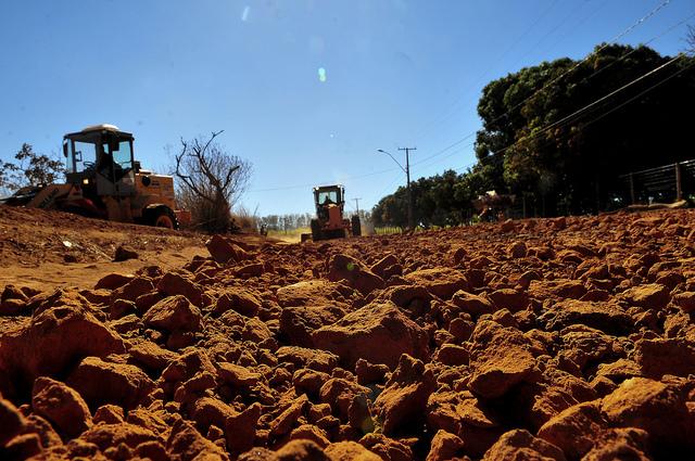 Recuperadas, permanentemente, estradas rurais que dão acesso às escolas rurais. A recuperação acontece periodicamente e é intensificada no período chuvoso. São realizadas a construção e limpeza de bacias de contenção e de elevações nas pistas, de forma continuada.
