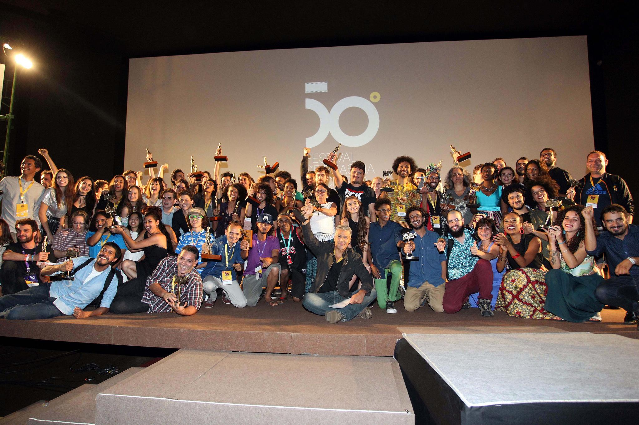 Realizado, em 2017, o 1º FestUniBrasília - 1º Festival Universitário de Cinema de Brasília. A programação foi exibida no Cine Brasília e contou com a mobilização de universidades públicas de todo o país, tendo selecionado 20 filmes curtas-metragens, produzidos por alunos de universidades de comunicação e cinema. <p> A 2ª edição do FestUniBrasília - 2º Festival Universitário de Cinema de Brasília aconteceu nos dias 20 e 21 de setembro/2018, no Cine Brasília. Na disputa pelos Troféus Candango de Melhor Filme, Direção e Roteiro, 20 curtas-metragens produzidos por alunos das universidades públicas de todo o país foram exibidos e avaliados pelo júri convidado especialmente para essa programação.
