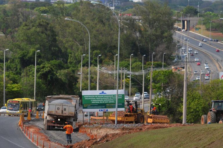 Obras para ampliação da capacidade da DF-047 (EPAR): <ul>     <li>Obras do pavimento de concreto e barreiras na DF-047: obra contratada</li>     <li>Ampliação da capacidade da DF-047: obra suspensa, aguardando autorização do IPHAN, com previsão de conclusão para o 1º semestre/2019</li>     <li>Implantação de 4,0 km de ciclofaixa e 2,1 km de ciclovia na DF-047: obra suspensa, aguardando autorização do IPHAN, com previsão de conclusão no 1º semestre/2019 </li.>     <li>Implantação de iluminação no trecho desde a DF-047 (TTS) até a Ligação Torto-Colorado: em andamento, com previsão de conclusão no 1º semestre/2019 </li> </ul>