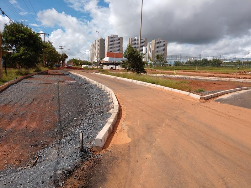 Implantação do Corredor Eixo Oeste em andamento, com a execução das seguintes iniciativas:  <ul>     <li>Obras para construção da via de ligação da Av. Hélio Prates à avenida principal do Setor Habitacional Sol Nascente, em Ceilândia, com previsão de conclusão para o 1º semestre/2019</li>     <li>Revitalização das Avenidas Samdu e Comercial Norte/Sul, com previsão de conclusão para o 2º semestre/2020</li>     <li>Execução de calçadas transversais nas avenidas Samdu e Comercial Norte/Sul. O processo licitatório encontra-se suspenso pelo Tribunal de Contas do Distrito Federal, com previsão de conclusão para o 2º semestre/2020</li>     <li>Construção do Túnel de Taguatinga, com obra contratada; entretanto, o contrato encontra-se suspenso pelo Tribunal de Contas do Distrito Federal</li>     <li>Alargamento do viaduto da interseção da EPTG (DF-085) com a EPCT (DF-001), em Taguatinga, obra paralisada para a revisão dos projetos, com previsão de conclusão para o 1º semestre/2019</li>     <li>Construção do viaduto da EPIG, na interseção do Sudoeste com Parque da Cidade. Em fase de elaboração do edital de licitação, com previsão de lançamento para o 1º semestre/2019</li> </ul>