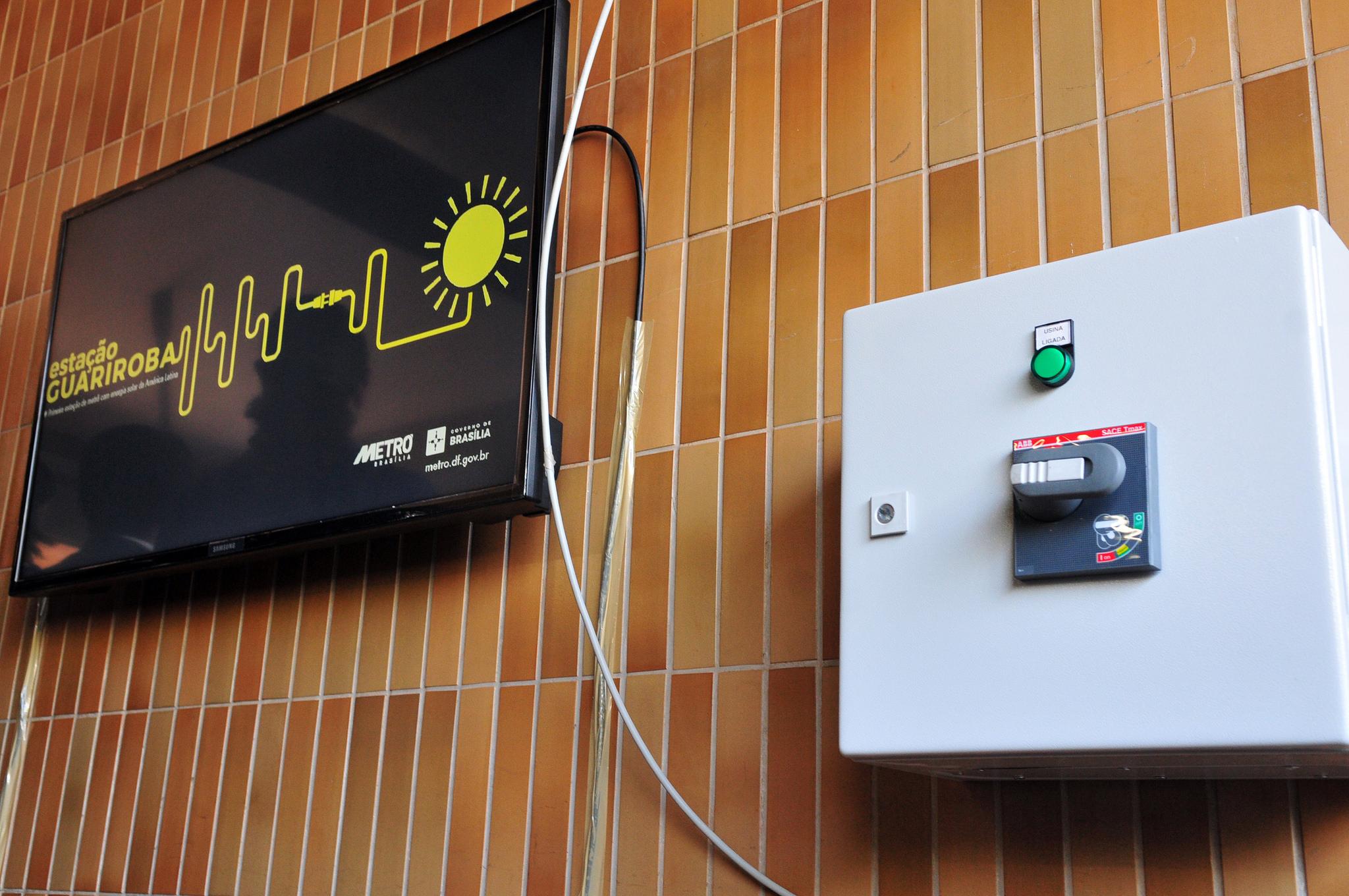 Implantado, em outubro/2017, o sistema de energia solar fotovoltaica na estação Guariroba, na Ceilândia, com 578 painéis, que têm capacidade de gerar 288 mil kWh (quilowatts-hora) por ano, equivalente a 100% do consumo da estação. O sistema está conectado à rede da distribuidora local, e o excedente da energia solar beneficia todo o sistema metroviário de Brasília.