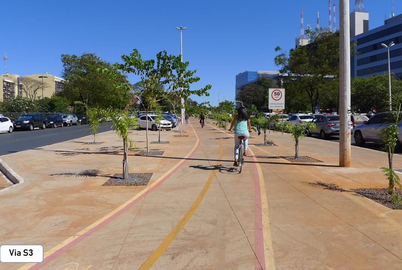 """Desenvolvidos projetos de infraestrutura de mobilidade ativa:  <ul>     <li>Projeto de infraestrutura cicloviária e estacionamentos no Setor de Administração Federal - Sul, Plano Piloto - Portaria nº 95, de 19/07/2017 (<a href=""""http://www.sinj.df.gov.br/sinj/Norma/5a79cb54cdc2481984cd2788495757f2/Portaria_95_19_07_2017.html"""">link aqui</a>). Total de 50.000 m² de intervenção</li> <li> Projeto de requalificação da via S3, Plano Piloto. Portaria nº 110, de 01/11/2016 (<a href=""""http://www.sinj.df.gov.br/sinj/Norma/d4d23a444a154493adbaf99634a41e53/Portaria_110_01_11_2016.html"""">link aqui</a>). Total de 12.017 m² de intervenção</li> <li> Projeto de requalificação do Setor de Autarquias Norte - SAUN e da via N3, Plano Piloto. Portaria nº 137, de 27/10/2017 (<a href=""""http://www.sinj.df.gov.br/sinj/Norma/a15c298a211e46818c3ec30c01702178/Portaria_137_27_10_2017.html"""">link aqui</a>). Total de 52.585,22 m² de intervenção </li> <li>Projeto de Sistema Viário e Paisagismo do Setor de Materiais de Construções e Setor Industrial, Ceilândia, em fase de licitação - Decreto nº 38.274/2017 (<a href=""""http://www.sinj.df.gov.br/sinj/Norma/31cb19b6b9ca4871a5cd07a32c1d3148/Decreto_38274_14_06_2017.html"""">link aqui</a>) </li> <li>Projeto de via de ligação do Itapoã Parque ao Fórum do Itapoã. Portaria nº 133, de 17/10/2017 (<a href=""""http://www.sinj.df.gov.br/sinj/Norma/6d86b0c8598544fa9234c4a50ba59cff/Portaria_133_17_10_2017.html"""">link aqui</a>). Total de 7.800 m² de intervenção</li></ul>"""