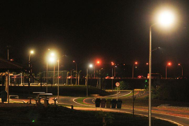 Implantados, entre 2015 e 2018, mais de 18.000 novos pontos de iluminação pública no Distrito Federal.  A ampliação do sistema de iluminação pública no Distrito Federal contribuiu, de maneira significativa, para melhorar os indicadores de segurança pública, bem como a qualidade de vida da população de Brasília.  Merecem destaque, as obras realizadas no Pistão sul/norte, Praça do Relógio e Av. Hélio Prates em Taguatinga, eixos rodoviários Sul e Norte, ciclovia da Praça do Buriti, bem como as obras realizadas em Ceilândia, São Sebastião, Recanto das Emas, Samambaia, Sobradinho II, Núcleo Bandeirante e Paranoá.