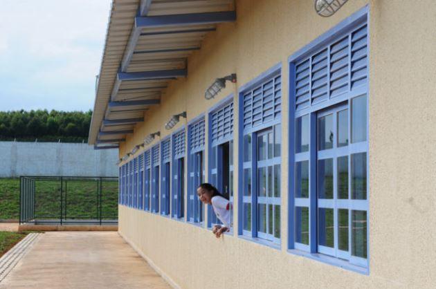 Inaugurada, em março/2018, a nova sede da Escola Classe Guariroba, localizada no núcleo Rural de Taguatinga, margens DF-180 -  Samambaia, com capacidade de atendimento de até 500 estudantes. Conta com 11 salas de aula, quadra poliesportiva, área reservada para parquinho infantil, sala de leitura, videoteca, refeitório e cozinha.<br><br> A unidade foi construída em substituição à antiga sede, localizada próximo ao Aterro Sanitário de Brasília.