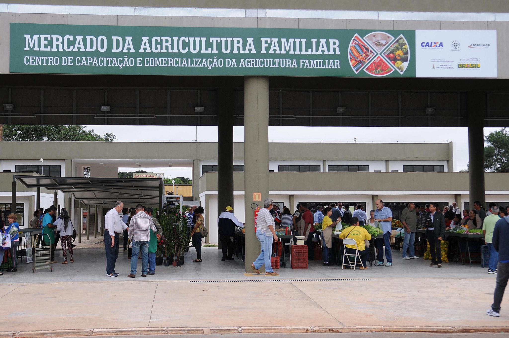 Implantado, em 2015, o Centro de Capacitação e Comercialização da Agricultura Familiar - CCC, na Ceasa.  <ul>     <li>Em 2015, foram comercializados R$ 960 mil, com 300 produtores familiares associados</li>     <li>Em 2016, foram comercializados R$ 1,44 milhão, com 600 produtores familiares associados.</li>     <li>Em 2017, foram comercializados R$ 2,2 milhões, com 2.500 produtores familiares associados.</li>     <li>Em 2018, foram comercializados R$ 2,8 milhões, com 3.000 produtores familiares associados.</li><br> </ul> Iniciativa compartilhada entre Secretaria de Agricultura, Emater e Ceasa.