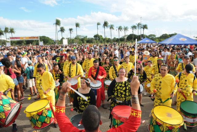 """Instituída a Política de Carnaval, por meio do Decreto nº 38.019/2017 (<a href=""""http://www.sinj.df.gov.br/sinj/Norma/c729ae61ce8049528b2539d70a0cdd9f/Decreto_38019_21_02_2017.html"""">link aqui</a>), que regulamenta a Lei 4.738/2011, a qual dispõe sobre o carnaval de Brasília como política pública de Estado.  </p> Após a instituição da política, o carnaval de rua de Brasília cresceu. Enquanto em 2015 a folia reuniu 370 mil pessoas, em 2017 o público saltou para 1,5 milhão de foliões. Para garantir que essa manifestação tão importante da cultura brasileira permaneça pública, gratuita e segura para a população, o governo facilitou o processo de cadastramento de blocos e a emissão de alvarás e licenças para as manifestações artísticas. Além de desburocratizar a organização da festividade e valorizar a diversidade e espontaneidade das manifestações artísticas, a nova política, construída com ampla participação social, garante a preservação do patrimônio histórico e cultural de Brasília e o ordenamento da ocupação do espaço público durante os dias de folia. <p> O carnaval de Brasília 2018 movimentou um público de mais de 1,5 milhão de pessoas, distribuídas em mais de 60 blocos, tradicionais e alternativos, em 19 Regiões Administrativas. As contratações artísticas foram por meio de chamamento público que contemplou 40 grupos musicais, com um investimento de cerca de R$ 5 milhões, representando o maior investimento direto para artistas locais no Brasil e na história do Distrito Federal."""