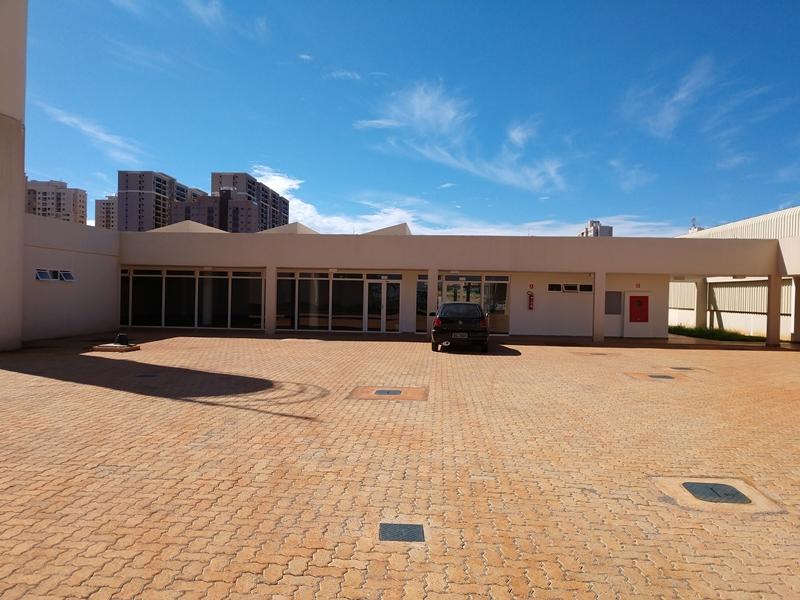 Inaugurado, em dezembro/2018, o Complexo Cultural de Samambaia, localizado na Quadra 301, Conjunto 05, Lote 01, Centro Urbano. <p> Com 1.826,03 m² de área construída, a estrutura arquitetônica contempla cineteatro coberto com 256 lugares, sala de leitura, galeria, galpão multiuso, sala para teatro, sala para dança, sala para audiovisual, sala para artes plásticas, lanchonete e ambientes de apoio técnico administrativo. Os ambientes são adaptados com soluções de acessibilidade (rampas com corrimão, poltronas em tamanhos especiais). <p> A gestão e a programação do espaço estão sendo feitas com a participação da Associação Imaginário Cultural.