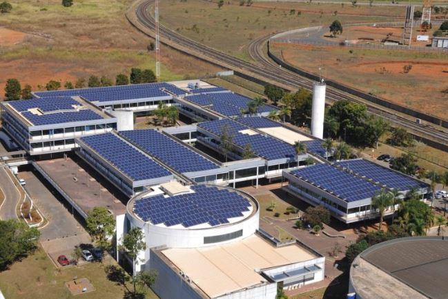 Implantada, em julho/2018, a usina minigeradora fotovoltaica de 700 kWp, no edifício sede da companhia, localizado no Centro de Gestão Águas Emendadas. A energia elétrica gerada será utilizada para alimentar o Centro de Gestão, proporcionando a redução mensal de 45% da despesa relativa ao consumo de energia elétrica da unidade, permitindo, através da economia gerada, o retorno do investimento realizado.