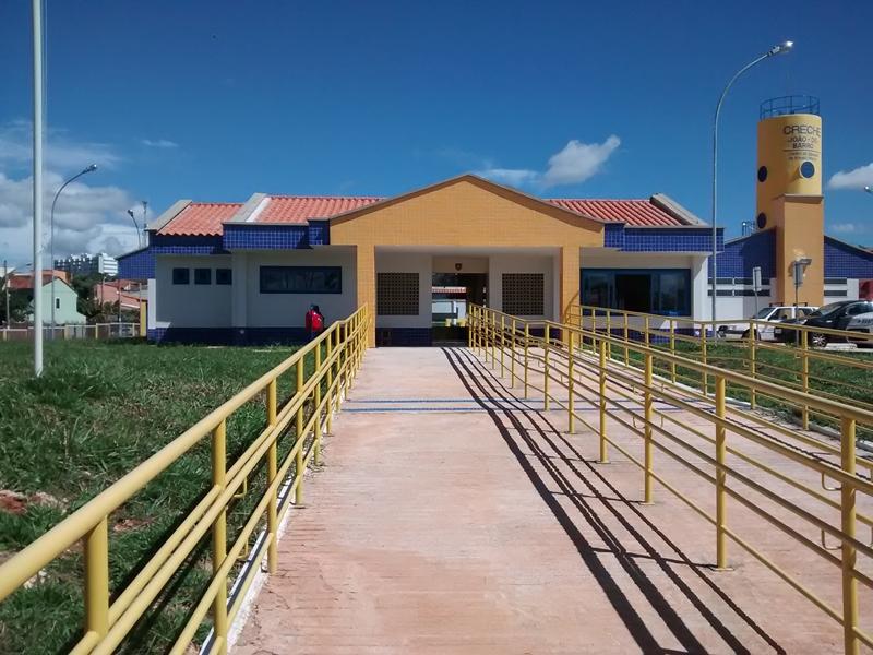Implantado, em abril/2015, o Centro de Educação da Primeira Infância - Cepi João-de-Barro, localizado na Quadra 02, Conjuntos D/E, Lote F - Sobradinho. O centro é composto por 8 salas de aula, bloco de administração, bloco de serviços, 3 blocos pedagógicos, pátio coberto, anfiteatro e parquinho, com capacidade de atendimento a 150 crianças de 0 a 5 anos em período integral.