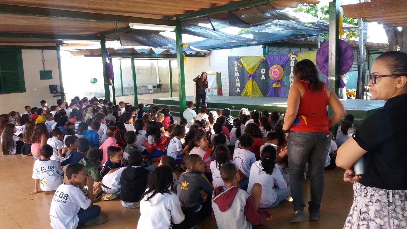 Realizado o projeto Pró-vítima nas escolas, para tratar sobre o tráfico de pessoas e a prevenção ao uso de drogas, por meio de cursos ministrados para o corpo técnico e de palestras para pais e alunos: <ul>     <li>No dia 04/10/2017, a atividade aconteceu no CAIC Carlos Castelo Branco, no Setor Oeste do Gama, com um público de 270 pessoas.</li> </ul><ul>     <li>No dia 05/10/2017, o Pró-vítima desenvolveu atividade na Escola Classe 08, em Ceilândia.</li> </ul><ul>     <li>Nos dias 09 e 10/10/2017, as atividades foram focadas no trabalho com a autoestima das crianças, por meio da história Pescador de pensamentos, na Escola Jardim de Infância Lúcio Costa, no Guará, com um público de cerca de 500 pessoas.</li> </ul>