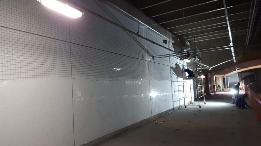 Implantação da estação do metrô 110 sul, localizada na Asa Sul, em andamento. Estão sendo realizados serviços especializados para conclusão das obras da estação, das passagens subterrâneas para pedestres (Eixos W, L e Rodoviário), acessos em superfície e instalação de sistemas e equipamentos de circulação vertical como elevadores e escadas rolantes.
