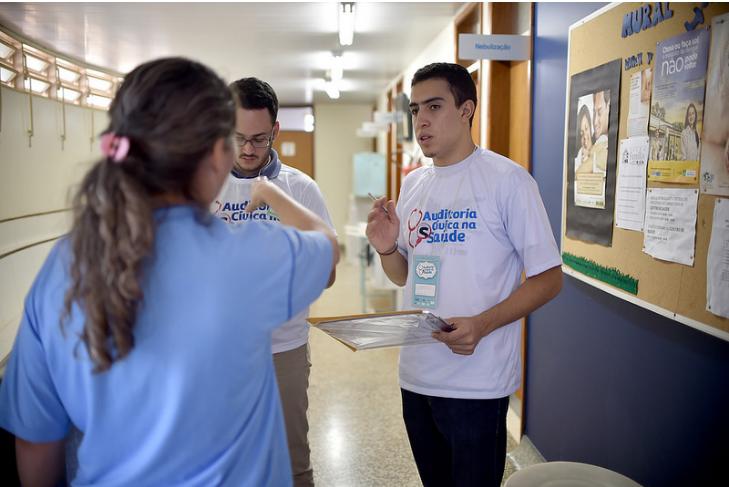 """Implantado o projeto Auditoria Cívica na Saúde, em junho/2016, com trabalho exploratório realizado por cidadãos, com vistas a avaliar o serviço prestado pela rede púbica de saúde, utilizando a participação social como exercício de direitos e deveres políticos, civis e sociais. Foram realizadas 300 capacitações de voluntários na metodologia e realizadas auditorias cívicas em 63 Unidades Básicas de Saúde - UBS. <br><br>  Acesse o relatório <a href=""""http://www.mpdft.mp.br/portal/pdf/noticias/mar%C3%A7o_2017/Relat%C3%B3rio_Compilado_reduzido.pdf"""">(link aqui)</a>"""