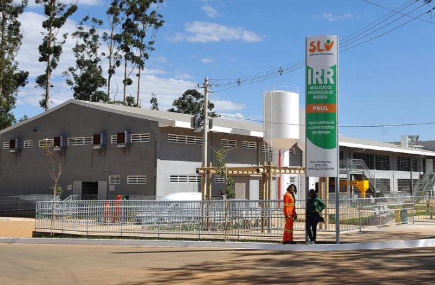Implantação de centros de compostagem e de triagem de materiais recicláveis em andamento com a execução das seguintes ações: <ul>      <li>Aluguel e aparelhamento de cinco centros de triagem temporários para recepção dos catadores do Lixão</li>      <li>Galpão SCIA Trecho 10 em funcionamento desde 15/09/2017, ocupado pelas Cooperativas Construir e Coortrap</li>     <li>Galpão SIA Trecho 17a em funcionamento desde 29/09/2017, ocupado pela Cooperativa Coopere</li>     <li>Galpão SIA Trecho 17b em funcionamento desde 09/01/2018, ocupado pelas cooperativas Coorace e Coopernoes</li>     <li>Galpão SAAN Trecho 2 em funcionamento desde 12/01/2018, ocupado pelas cooperativas Cooperlimpo e Plasferro</li>     <li>Galpão da Ceilândia - SDMC Quadra 08, Lotes 4, 5, 6 e 7. Em funcionamento desde 17/01/2018, ocupado pela cooperativa Ambiente</li>     <li>Implantada, em julho/2018, a instalação de recuperação de resíduos - IRR do P. Sul</li>     <li>Implantada, em dezembro/2018, a instalação de recuperação de resíduos - IRR do SCIA</li>     <li>Implantação do centro de triagem da L4 Sul, em andamento, com previsão de conclusão para o 1º semestre/2019</li>     <li>Reformada, em dezembro/2018, a instalação de recuperação de resíduos - IRR de Brazlândia</li>     <li>Reforma do centro de triagem do Paranoá, em fase de ajustes no projeto básico, com previsão de lançamento do edital de licitação para o 1º semestre/2019</li>     <li>Realizada a captação de financiamento junto ao BID para reforma e ampliação das usinas de compostagem e reforma das estações de transbordo</li>     <li>Implantação de duas áreas para triagem, transbordo e reciclagem de resíduos da construção civil - ATTR, localizadas em Samambaia e Gama, previstas para o 2º semestre/2019</li> </ul>