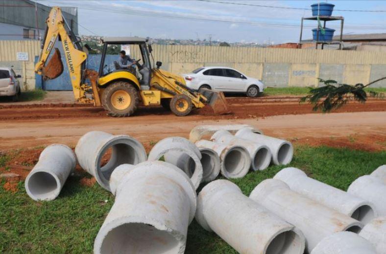 Implantação de infraestrutura urbana básica (drenagem e pavimentação) no Setor Habitacional Bernardo Sayão, em andamento, com previsão de conclusão para o 2º semestre/2019.