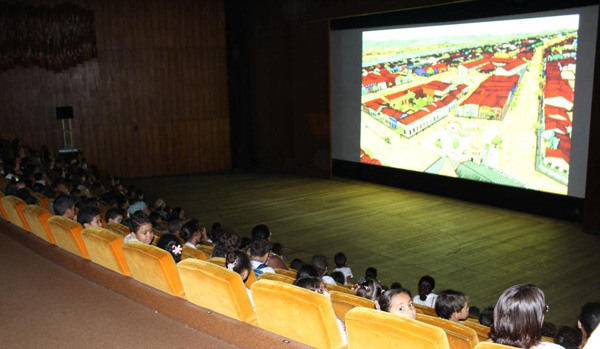 Mantida a parceria com a Secretaria de Educação - SEE, para a realização do Festivalzinho, que faz parte das ações pedagógicas do Festival de Brasília do Cinema Brasileiro. O evento objetiva a apreciação e fruição estética dos meios audiovisuais. Alunos de sete a 12 anos - ensino fundamental, anos iniciais e finais, têm contato com as novas produções do cinema nacional, possibilitando práticas pedagógicas a partir de eixos transversais. <ul>     <li>Em 2015: foram atendidos 4.895 alunos de 12 escolas do Gama, Ceilândia e Taguatinga</li> </ul><ul>     <li>Em 2016: foram atendidos 4.410 alunos de 69 escolas pertencentes a 14 regiões administrativas</li> </ul><ul>     <li>Em 2017: foram atendidos 5.448 alunos de escolas públicas de 19 regiões administrativas. A programação foi apresentada nos seguintes espaços: Cine Brasília, Museu Nacional, Teatro da Praça (Taguatinga), Colégio Gama, Teatro de Sobradinho, Riacho Fundo I</li> </ul><ul>     <li>Em 2018: foram atendidos mais de 5.200 alunos da rede pública de ensino do Distrito Federal. As atividades seguiram previstas como programação prioritária na realização do 51º Festival de Brasília do Cinema Brasileiro, tanto nas sessões regulares do Cine Brasília e Museu Nacional da República quanto nos pontos oficiais de exibição do Festival</ul>