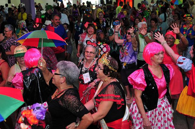 Realizado o Baile de Carnaval de Idosos, com o objetivo de promover o protagonismo e o empoderamento das pessoas idosas, de forma lúdica. Foram dois eventos realizados, sendo um em 14/02/2017 e outro em 07/02/2018, no Salão de Múltiplas Funções do CAVE - Guará.