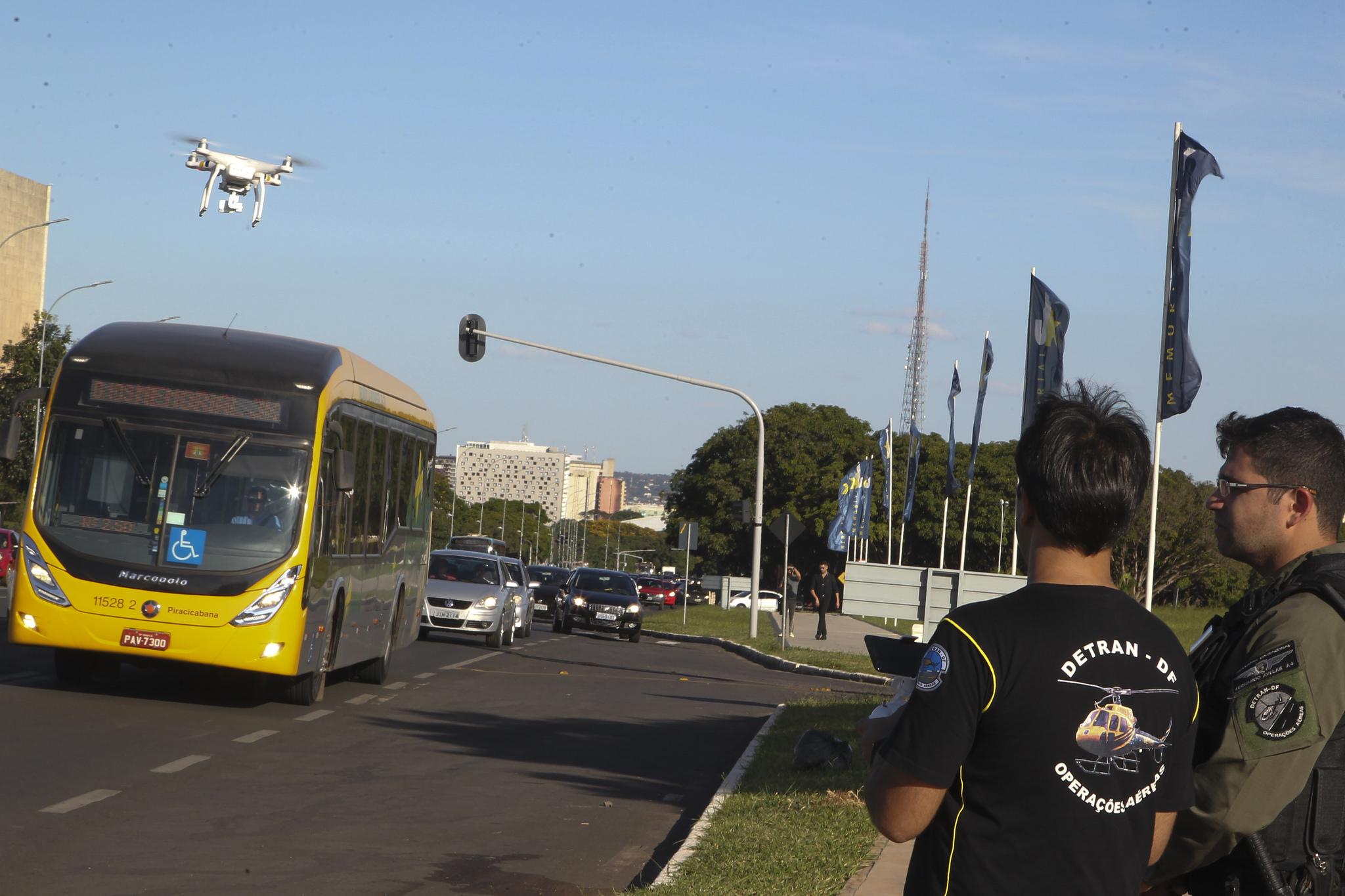 """Utilizado, a partir de dezembro/2017, drone como nova modalidade de fiscalização. Os equipamentos auxiliam nas fiscalizações das vias urbanas, registrando o flagrante de motoristas que utilizam celular ao volante, desrespeitam o pedestre na faixa, transitam e/ou estacionam em locais proibidos. Mais informações (<a href=""""http://www.detran.df.gov.br/noticias/item/3485-detran-df-inicia-monitoramento-e-fiscaliza%C3%A7%C3%A3o-com-uso-de-drones.html"""">link aqui</a>)"""