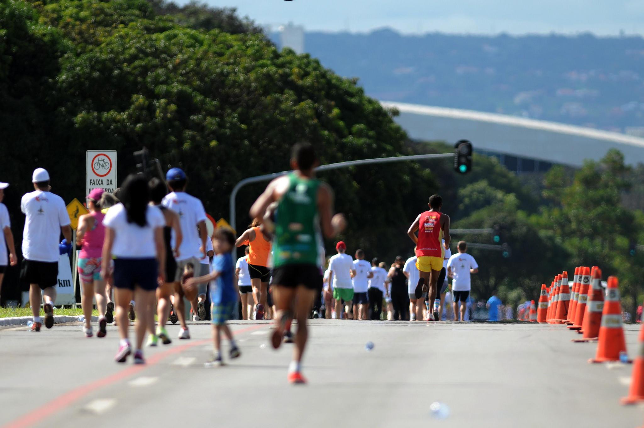Realizadas corridas temáticas:<br> <br>7 mil participantes em 2015, divididos entre os seguintes circuitos de corrida de rua:<br>     <li>1ª Etapa - 5Km e 10Km - Aniversário de Brasília, em 21/abril</li>     <li>2ª Etapa - Corrida Tiradentes, em 31/maio</li>      <li>3ª Etapa - São Sebastião, em 16/agosto</li>     <li>4ª Etapa - Santa Maria, em 07/setembro</li>     <li>5ª Etapa - Virada do Cerrado, em 13/setembro</li>     <li>6ª Etapa - Corrida da Criança, em 11/outubro</li> <br>4,5 mil participantes em 2016, divididos entre os seguintes circuitos de corrida de rua:<br>     <li>2ª Etapa - Corrida da Paz, em 19/março</li>     <li>3ª Etapa - Corrida do Gari, em 11/maio</li>      <li>4ª Etapa - Corrida Tiradentes, em 29/maio</li>     <li>5ª Etapa - Corrida pela  Cidadania, em 29/maio</li>     <li>1ª Etapa - Circuito de ciclismo, em 06/novembro</li> <br>11 mil participantes em 2017, divididos entre os seguintes circuitos de corrida de rua:<br>     <li>2ª Etapa - Corrida do Trabalhador, em 1º/maio</li>     <li>3ª Etapa - O Gari mais Veloz, em 11/maio</li>     <li>4ª Etapa - Corrida Tiradentes, em 21/maio</li>     <li>5ª Etapa - Maio Amarelo, promovida pelo DER, em 28/maio</li>     <li>6ª Etapa - Virada do Cerrado, em 03/setembro</li></em>