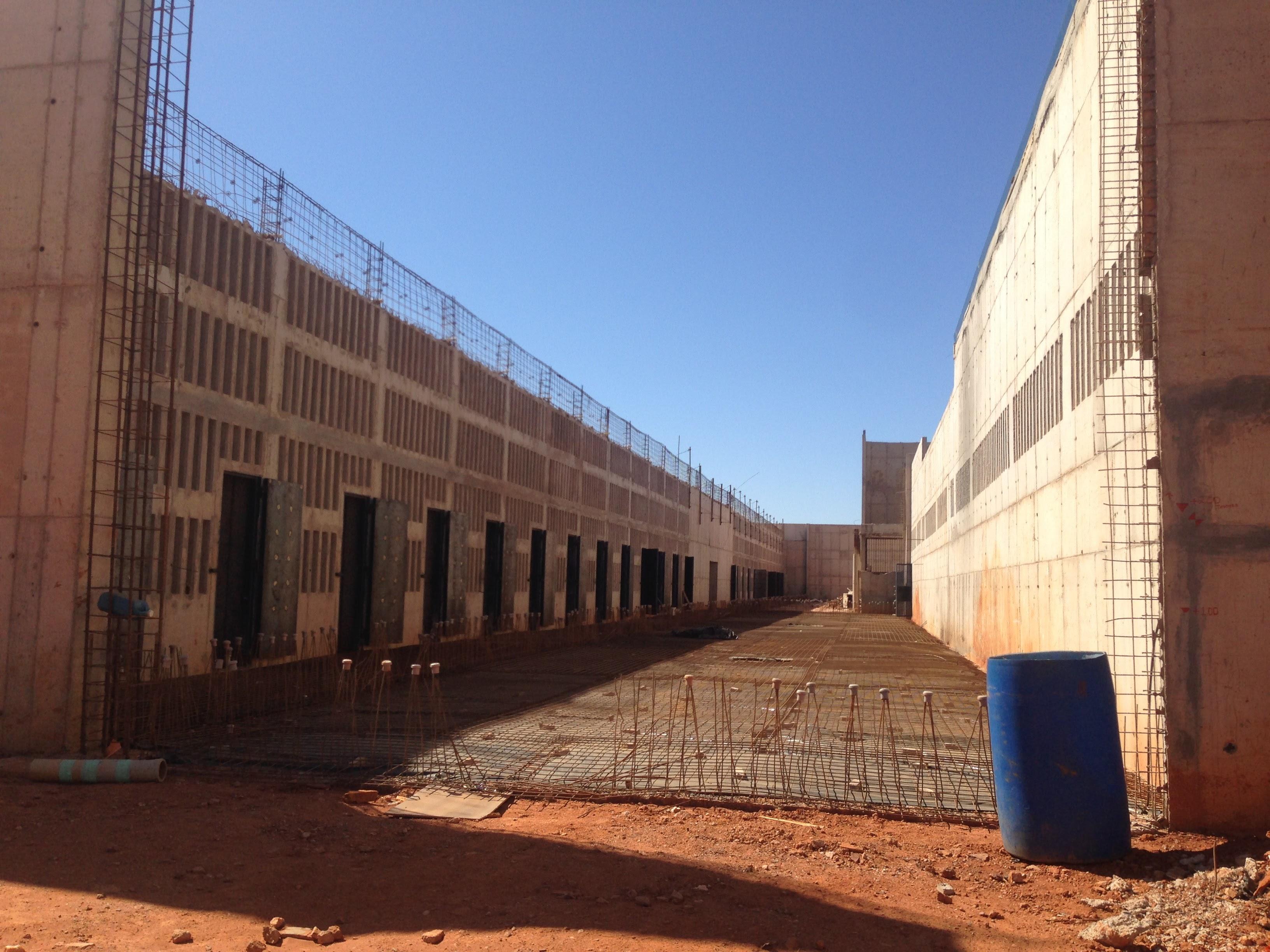Construção de quatro novos Centros de Detenção Provisória - CDP, localizados no Complexo Penitenciário da Papuda, Rodovia DF - 465, KM 04, Fazenda Papuda, em fase de contratação para a retomada da obra. Obras de construção paralisadas em razão de rescisão contratual. A unidade prisional é composta por 16 módulos de vivência, dois módulos de administração e dois módulos de saúde, com capacidade de atendimento a 3.200 internos do sistema penitenciário.