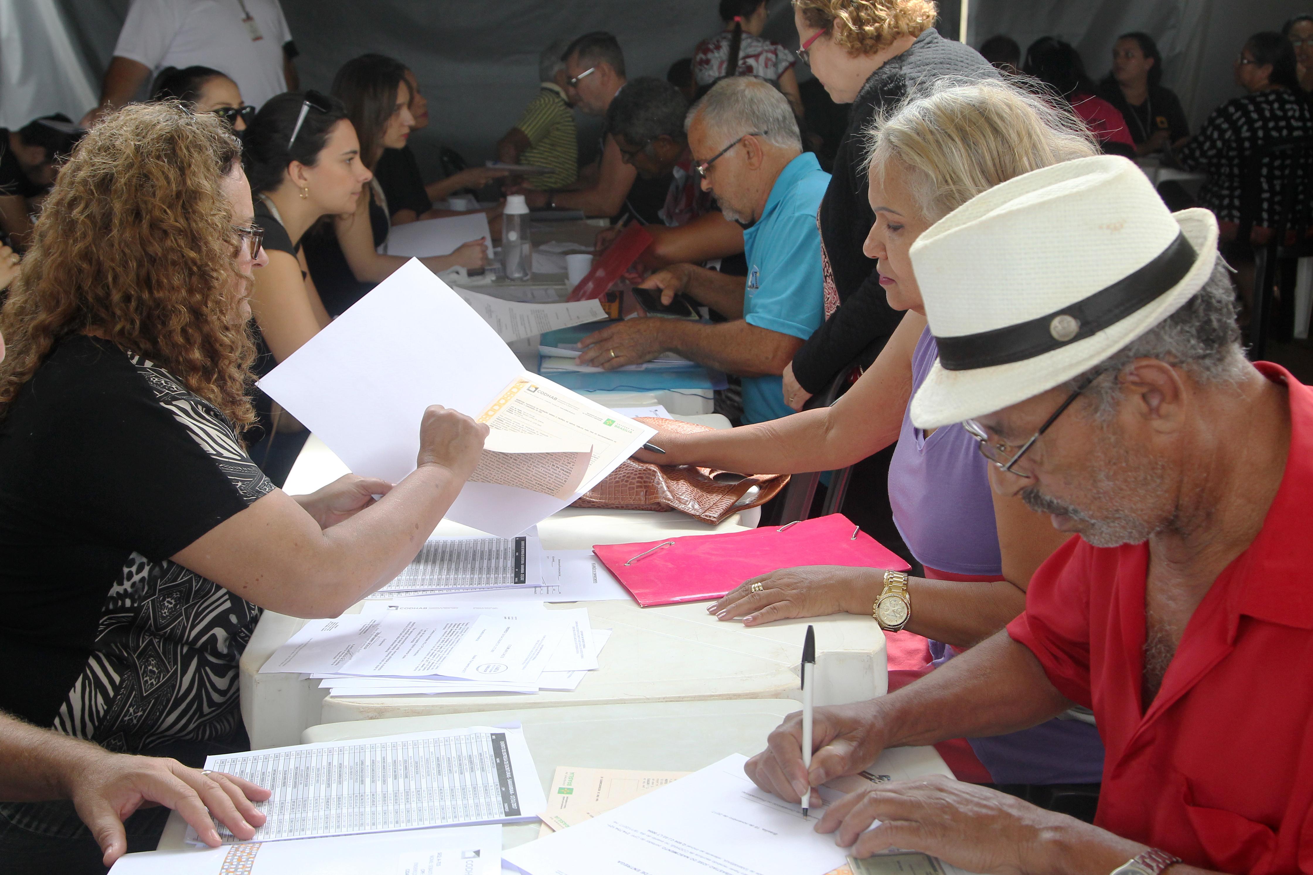 64.446 escrituras entregues à população desde 2015: <ul>     <li>Em 2015, foram entregues 11.549 escrituras: 162 em Brazlândia; 28 na Candangolândia; 544 na Ceilândia; 12 no Gama; 1.109 na Estrutural; 104 no Guará II; 881 em Planaltina; 1.188 no Rencanto da Emas; 322 no Riacho Fundo I; 464 no Riacho Fundo II; 2.607 na Samambaia; 770 em Santa Maria; 1.023 em Sobradinho II; 562 em Taguatinga; 63 na Vila Planalto; 29 na Vila Telebrasília; e 415 na Vila varjão. Foram entregues ainda 1.266 escrituras de imóveis financiados pela antiga Sociedade de Habitação de Interesse Social - SHIS em todo Distrito Federal </li>     <li>Em 2016, foram entregues 13.629 escrituras: 24 em Águas Claras; 226 em Brazlândia; 5 na Candangolândia; 1.886 na Ceilândia; 406 no Gama; 974 na Estrutural; 10 no Guará II; 123 em Planaltina; 1.139 no Recanto da Emas; 11 no Riacho Fundo I; 388 no Riacho Fundo II; 2.897 na Samambaia; 2.809 em São Sebastião; 37 em Santa Maria; 1.336 em Sobradinho II; 150 em Taguatinga; 3 na Vila Telebrasília; e 28 na Vila varjão. Foram entregues ainda 1.177 escrituras de imóveis financiados pela antiga SHIS em todo DF </li>     <li>Em 2017, foram entregues 19.062 escrituras: 3.346 na Ceilândia; 437 no Itapoã; 944 em Planaltina; 907 no Recanto da Emas; 2.765 no Riacho Fundo II; 5.073 em Samambaia; 707 em São Sebastião; 2.427 em Santa Maria; 780 em Sobradinho II; e 253 Vila planalto. Foram entregues ainda 1.423 escrituras de imóveis financiados pela antiga SHIS em todo DF</li>    <li>Até outubro/2018, foram entregues 20.206 escrituras: 42 em Águas Claras, 4 em Brazlândia, 3 na Candangolândia, 4.471 em Samambaia,  2.997 no Recanto das Emas, 3.130 em Planaltina, 419 no Varjão, 1.408 em São Sebastião, 1.527 em Santa Maria, 1.472 no Riacho Fundo II, 446 no Riacho Fundo, 103 no Guará, 2 no Guará II, 684 na Estrutural, 1.599 na Ceilândia, 837 em Sobradinho II,  559  em Taguatinga, 2 na Vila Telebrasília e 13 no Itapoã. Foram entregues ainda 488 escrituras de imóveis financiados pe