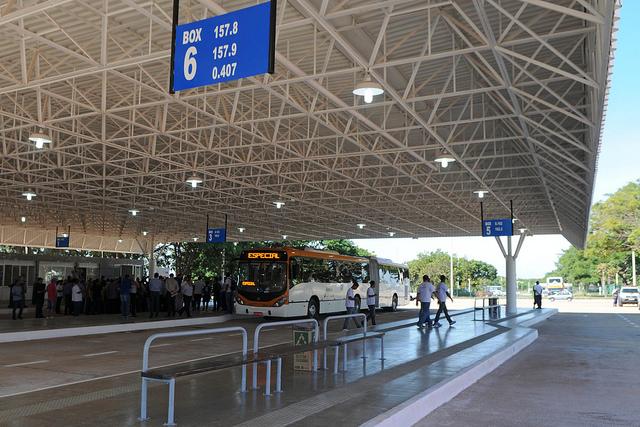 Reformado, em junho/2016, o terminal de ônibus urbano, localizado na área especial 10, no Guará II. A iniciativa contemplou a construção das plataformas de embarque, estacionamento, paraciclos, lanchonete e banheiros com acessibilidade.