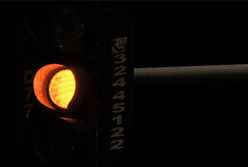 Elaborado o Plano de Eficiência Energética, com o objetivo de promover o uso eficiente e racional de energia elétrica em todos os setores da economia, foram realizados os seguintes projetos:  <ul>     <li>Eficientização de semáforos, com a substituição das lâmpadas incandescentes dos semáforos, por focos a LED, foram substituídos 7.042 focos gerando uma economia de 1.301,18 MWh/ano</li>     <li>Programa Agente CEB 2 e 3. A ação, voltada para a população de baixa renda, efetuou a troca de geladeiras e lâmpadas ineficientes por equipamentos com selo Procel e instalação de aquecedores solares em substituição ao chuveiro elétrico; até o fim de 2017 foram entregues 6.000 geladeiras, 76.740 lâmpadas de LED e 1.500 aquecedores solares</li>     <li>Aporte de recursos para execução de projetos de eficientização de escolas, condomínios, residências, prédios públicos, no período 2015-2017, foram investidos 24 milhões de reais nestes projetos