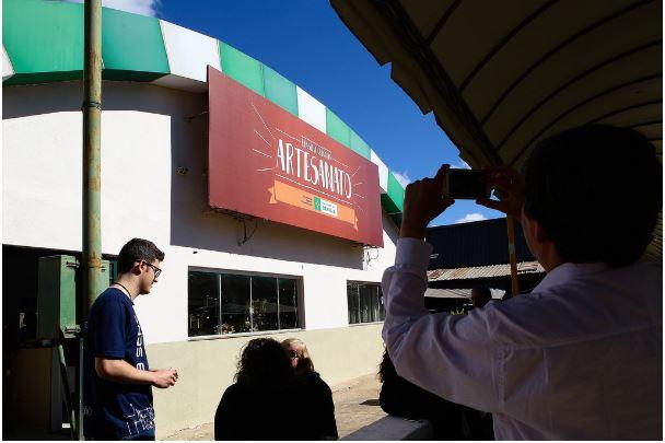 """Articulada a disponibilização de espaços gratuitos para comercialização de artesanatos, nos Shoppings Liberty Mall, em 2016, e Pátio Brasil, em 2017, por profissionais cadastrados e selecionados por meio de edital, que se revezam por temporadas <a href=""""http://www.turismo.df.gov.br/cadastramento-e-recadastramento-de-artesao-e-trabalhador-manual/"""">(link aqui)</a>. Em 2018 foi inaugurada a loja da Feira do Guará."""
