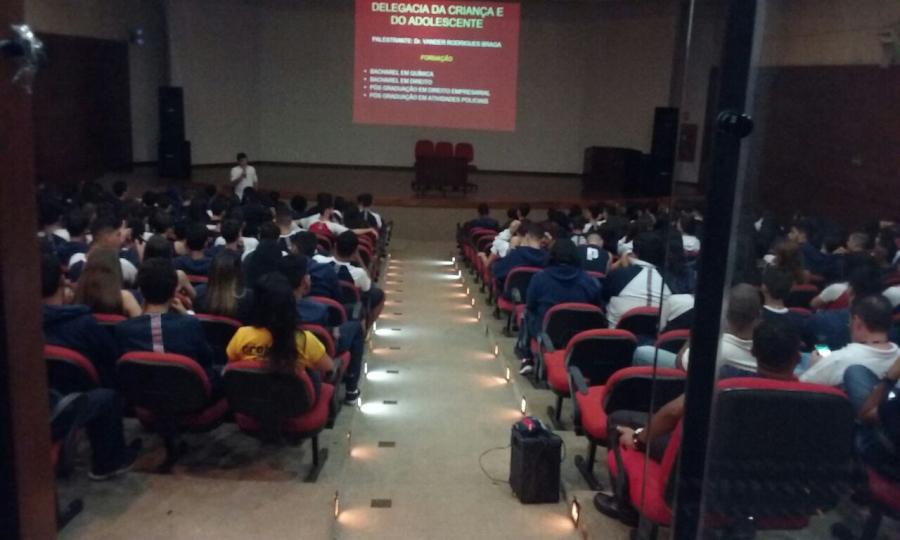 Lançado pela Delegacia da Criança e do Adolescente II (Taguatinga Norte), em junho/2016, o projeto DCA2 nas Escolas. De caráter preventivo e educativo, o projeto consiste na apresentação e discussão de temas relacionados à prevenção ao uso de drogas, violência, bullying, entre outros, por meio da promoção de encontros em diversas escolas públicas e particulares de todo o DF.