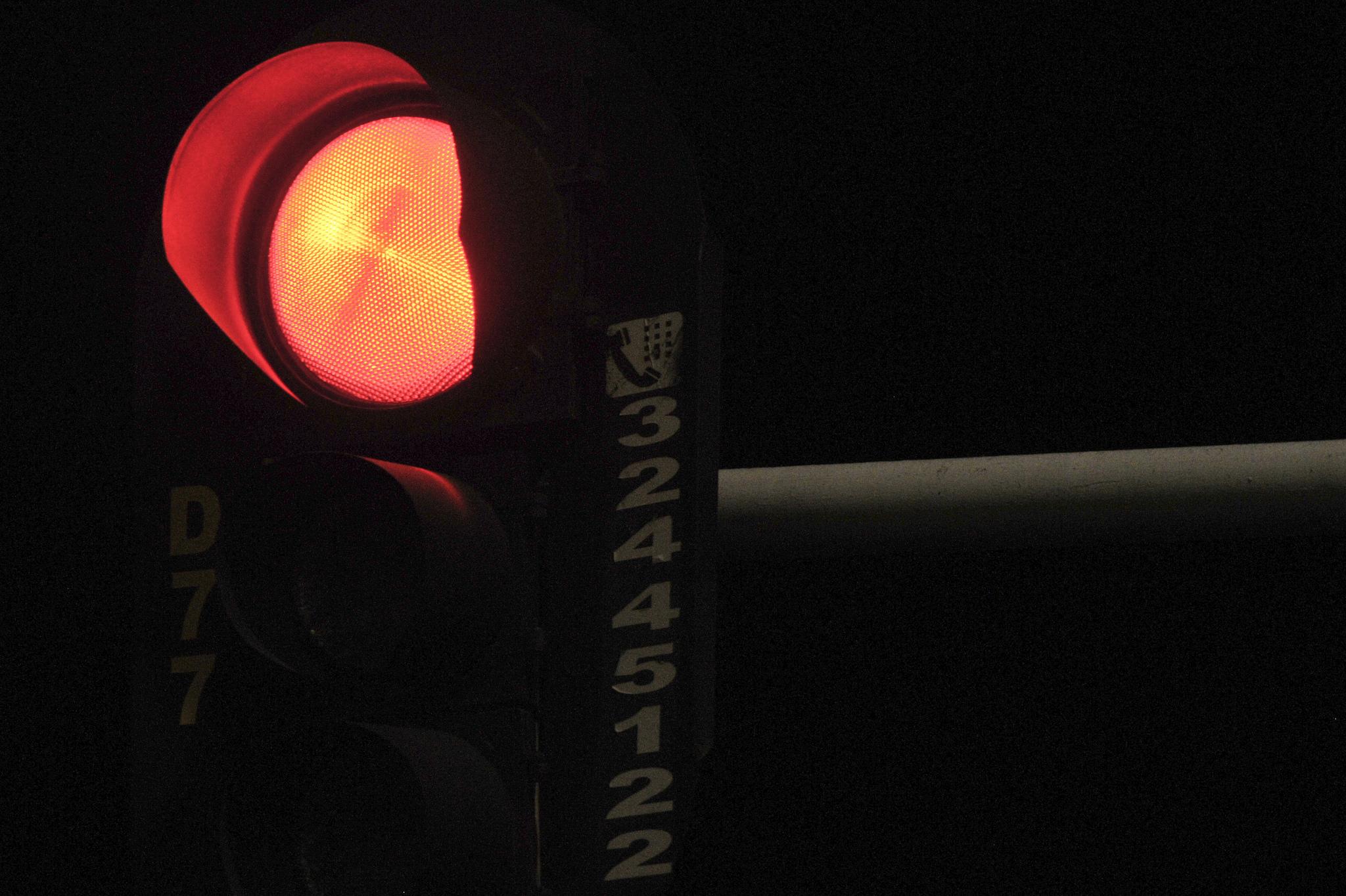 Instalados focos leds em 3.160 semáforos localizados nas vias urbanas do DF (lâmpadas vermelhas), que corresponde a 100% das lâmpadas de todos os cruzamentos do DF, resultando em maior visibilidade, aliada a uma economia média de 92% nos custos com a energia elétrica consumida pelos equipamentos semafóricos. Com a medida, houve uma economia anual de quase R$ 4 milhões aos cofres públicos.