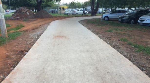 Construção de calçadas na Asa Sul, nas quadras 107, 108, 307, 308 e 109, em fase de finalização. Essa ação contemplou a implantação de passeios da SQS 107, 108 e 109. Estão em execução os passeios da SQS 307, a conclusão das obras está prevista para o 2º semestre/2018.