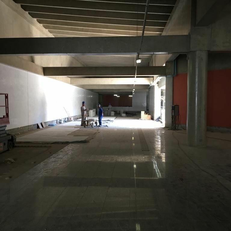 Implantação da estação do metrô 106 sul, localizada na Asa Sul, em andamento. Estão sendo realizados serviços especializados para conclusão das obras da estação, das passagens subterrâneas para pedestres (Eixos W, L e Rodoviário), acessos em superfície e instalação de sistemas e equipamentos de circulação vertical como elevadores e escadas rolantes.