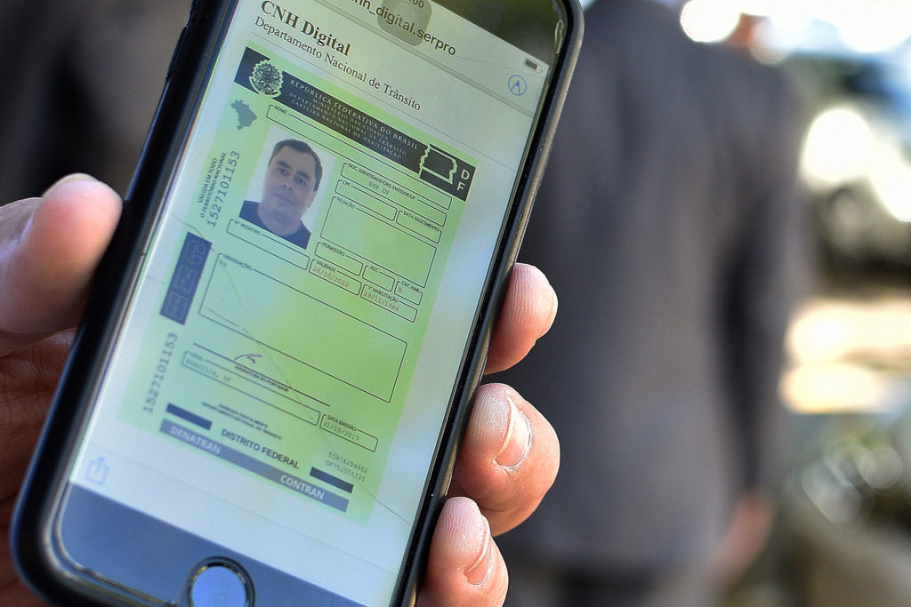 """Lançada, em 16/11/2017, a Carteira Nacional de Habilitação digital, com o objetivo de oferecer maior segurança e comodidade aos condutores brasilienses. Os condutores de veículos do DF, que possuem a CNH em papel com QR Code no verso, podem solicitar suas carteiras digitais diretamente no portal de serviços do Denatran (<a href=""""https://portalservicos.denatran.serpro.gov.br"""">link aqui</a>). A carteira eletrônica substitui a impressa, uma vez que ambas possuem o mesmo valor jurídico. O aplicativo da CNH digital já está disponível gratuitamente para download: <ul>     <li>Google Play (<a href=""""https://play.google.com/store/apps/details?id=br.gov.serpro.cnhe&hl=pt_BR"""">link aqui</a>)</li>     <li> App Store (<a href=""""https://itunes.apple.com/br/app/cnh-digital/id1275057217?mt=8"""">link aqui</a>)</li> </ul> Mais informações (<a href=""""https://www.agenciabrasilia.df.gov.br/2017/11/20/saiba-como-tirar-a-carteira-de-motorista-digital/"""">link aqui</a>)"""