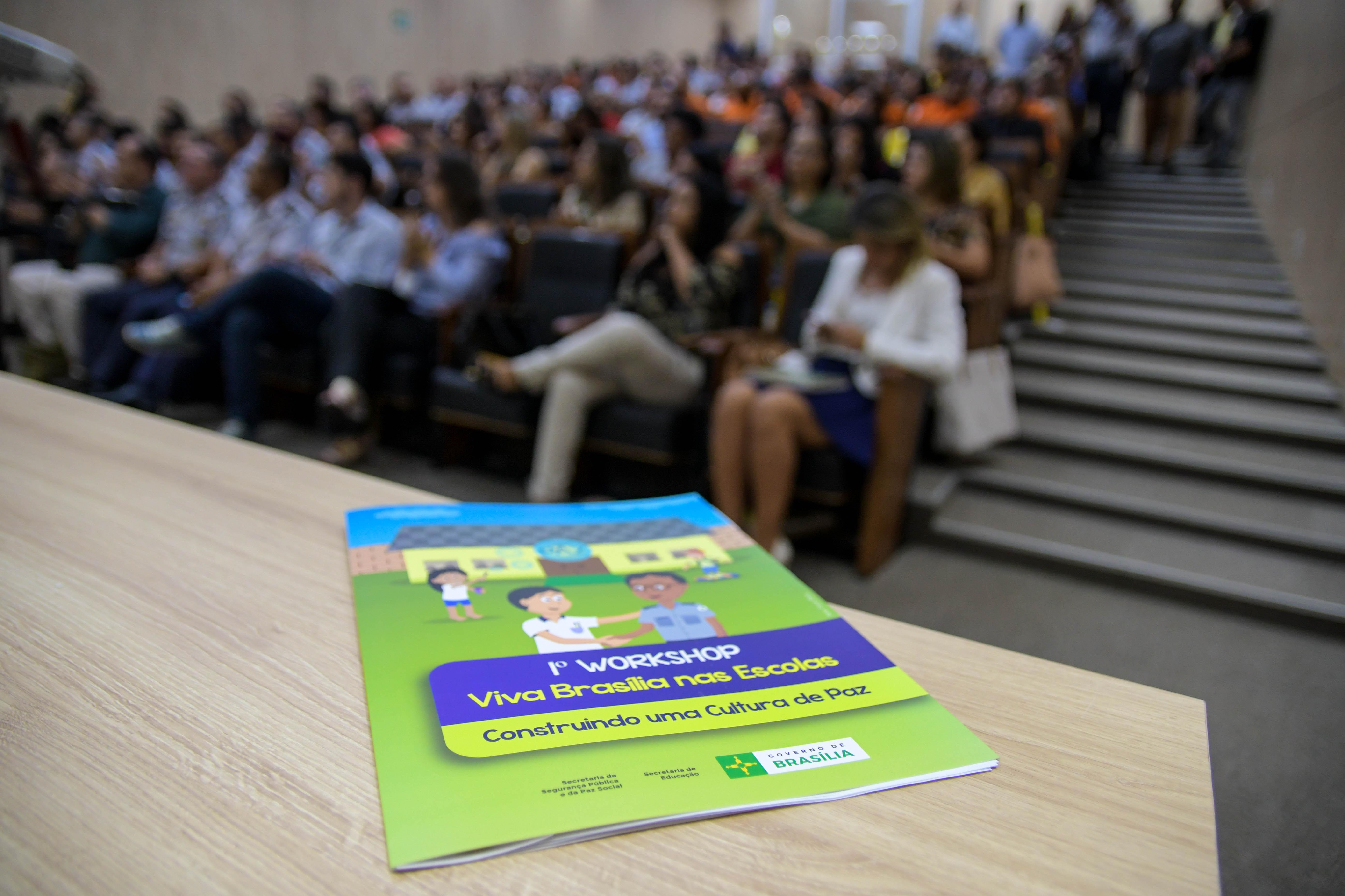 """Implantado, em 2016, o projeto piloto Viva Brasília nas Escolas, que consiste no estabelecimento de mútua cooperação entre a Secretaria da Segurança Pública e da Paz Social e a Secretaria de Educação visando prevenir e reduzir vulnerabilidades sociais e criminais nas escolas públicas do Distrito Federal e seus perímetros, por meio: <ul>    <li>Do desenvolvimento de diagnóstico da situação de violência no ambiente escolar</li> </ul><ul>    <li>Da valorização dos profissionais de educação e segurança</li> </ul><ul>    <li>Da formação da comunidade escolar</li> </ul><ul>    <li>Da articulação de políticas sociais, programas, projetos e ações que promovam a Cultura de Paz</li> </ul> Mais informações (<a href=""""http://www.ssp.df.gov.br/noticias/item/4051-viva-bras%C3%ADlia-nas-escolas-%C3%A9-apresentado-a-servidores-da-seguran%C3%A7a-e-educa%C3%A7%C3%A3o.html"""">link aqui</a>)"""