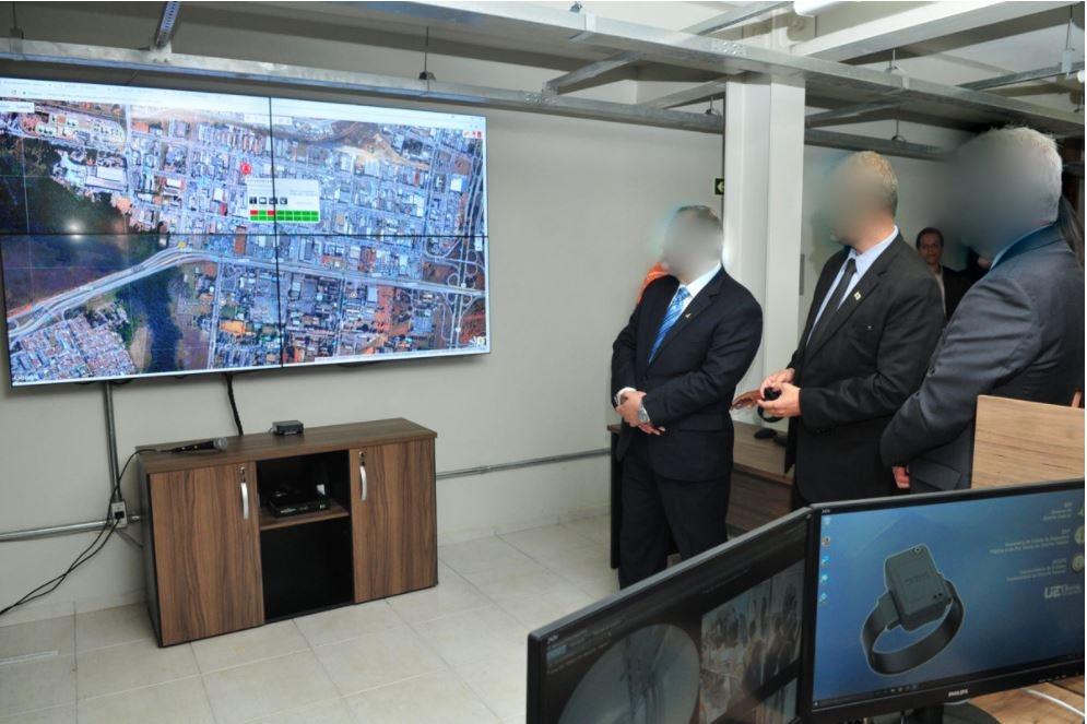 """Implantada a Central de Monitoração eletrônica com uso de tornozeleiras (<a href=""""https://www.agenciabrasilia.df.gov.br/2017/09/04/df-adota-monitoramento-com-tornozeleiras-eletronicas-a-partir-desta-segunda-4/"""">link aqui</a>), por meio do Centro Integrado de Monitoração Eletrônica da Subsecretaria do Sistema Penitenciário, criado em 31/08/2017. Inicialmente foram disponibilizadas 175 tornozeleiras podendo ser ampliadas para até 6.000, mediante demanda do Judiciário. A primeira decisão judicial foi concedida em 29/09/2017. <br><br> Em 2017, foram monitoradas 48 pessoas, sendo 35 de medidas cautelares, sete de decisões da Vara de Execuções Penais - VEP/DF e seis de decisões da Vara de Execuções das Penas em Regime Aberto - Vepera/DF. <br><br> Em 2018, foram concedidas 504 monitorações até 12/11/2018, sendo 31 da VEP; 64 da VEPERA; 255 do NAC; 118 das Varas Criminais; 03 de 2ª Instância; 02 de Tribunais Superiores. Atualmente, são 238 ativas até esta data."""