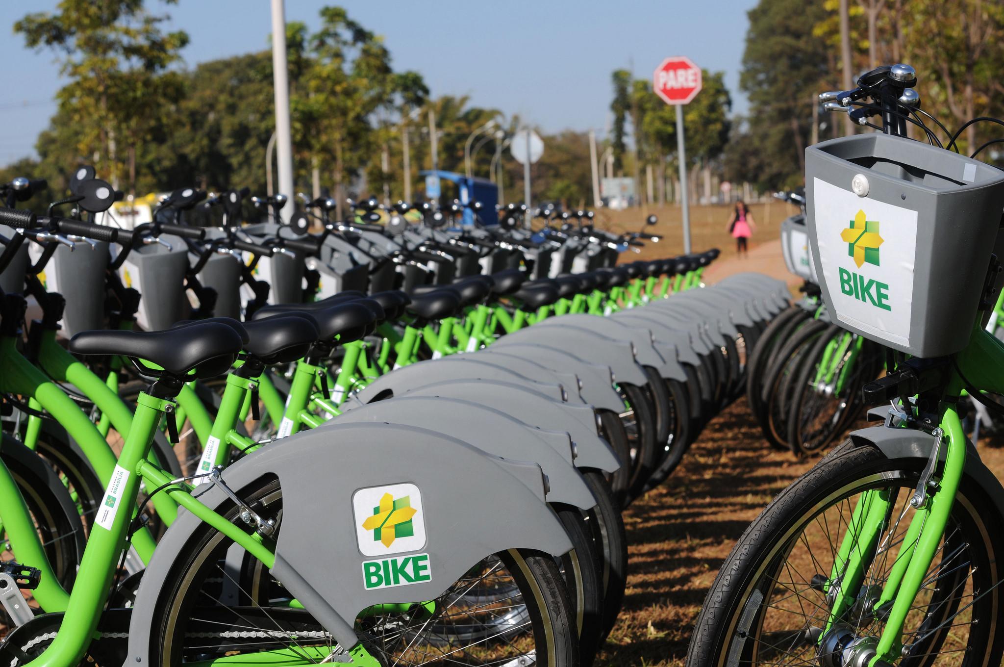 """Lançado o Plano de Ciclomobilidade do Distrito Federal (+Bike), em agosto/2017. O plano faz parte do Programa de Mobilidade Urbana, o Circula Brasília, e tem como alguns de seus principais objetivos promover a ampliação de ciclovias, integração com outros transportes, além de disponibilizar mais bicicletas públicas. <br><br> Foram implantadas 16 novas estações de bicicletas compartilhadas; atualmente o Distrito Federal conta com 48 estações, totalizando 480 bicicletas. O plano gerou também o aumento do número de viagens: entre 2014 e 2015 foram realizadas 365.708 viagens; entre 2015 e 2017 foram realizadas 425.744 viagens. De janeiro a outubro de 2018, foram realizadas 370.137 viagens. <br><br>Baixe o aplicativo +Bike:<br> Baixe aqui Android: (<a href=""""https://play.google.com/store/apps/details?id=br.com.mobilicidade.bikebrasilia&hl=pt_BR"""">link aqui</a>)<br> Baixe aqui IOS: (<a href=""""https://itunes.apple.com/br/app/bike-bras%C3%ADlia/id877582509?mt=8"""">link aqui</a>)"""