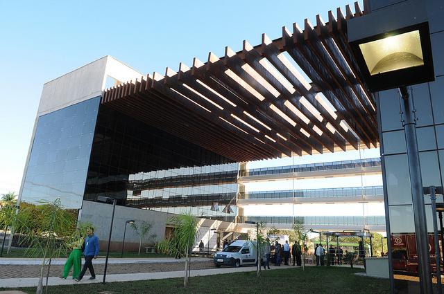 Inaugurado, em junho/2018, o edifício de governança do Parque Tecnológico de Brasília - Biotic. O prédio abrigará a sede da Fundação de Apoio à Pesquisa do DF, o Núcleo de Inovação Tecnológica da Embrapa, a Biotic S/A, startups, incubadoras de empresas, aceleradoras e instituições de apoio à inovação tecnológica. <br><br> O Biotic é considerado estratégico por representar um instrumento de mudança na matriz econômica do DF, com foco na inovação em biotecnologia e tecnologia da informação e comunicação, atuando como polo de desenvolvimento científico, tecnológico e de inovação do Distrito Federal. A área total é de 121 hectares. De acordo com estudos preliminares, o Biotic terá capacidade para abrigar mais de 1.200 empresas e potencial para geração de 25.000 empregos diretos.