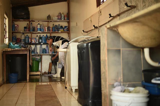 Contratadas cinco Comunidades Terapêuticas, em 2016, que são modelos residenciais de tratamento para dependência química de substâncias psicoativas que utiliza como método a vivência em uma cultura saudável, permeada por uma rotina de trabalho, no sentido de promover responsabilidade social e/ou ambiental, objetivando o tratamento. <p></p>De acordo com chamamento público, uma quantidade de leitos é reservada para pessoas encaminhadas pelos Centros de Atenção Psicossocial - CAP de Brasília. </p>Em 2017 foram contratadas 13 comunidades terapêuticas. O Conselho de Políticas sobre Drogas - Conen/DF tem dirigido esforços no sentido de cumprir o contido no PPA 2016/2019 que prevê o aumento do número de vagas, feito realizado pelo Edital de Credenciamento nº 01/2017, que aumentou de cinco para 13 entidades contratadas.